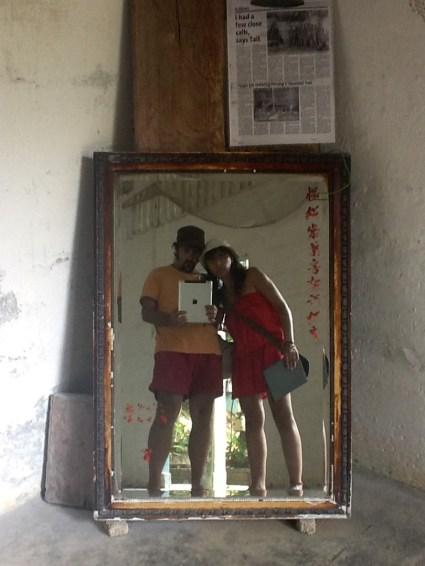En Penang, visitando un campo de prisioneros.