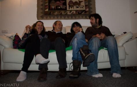 Surfeando el sofá de Manuel y Manuela