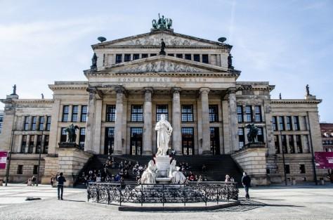 Plaza Gendermenmarkt.  Estatua de Friedrich Schiller y Konzerthaus.