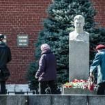 Pared del Kremlin donde están sepultados grandes figuras de la URSS y otros países (Iósif Stalin en la foto).