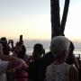 """Turistas fotografiando el """"Sunset""""."""