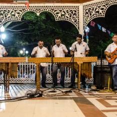 Músicos tocando la marimba.